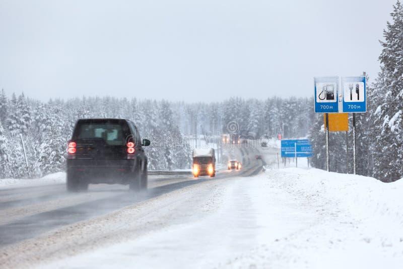 A condução de veículos na estrada do Kola no inverno tempera O Kola é estrada federal de St Petersburg a Murmansk fotografia de stock