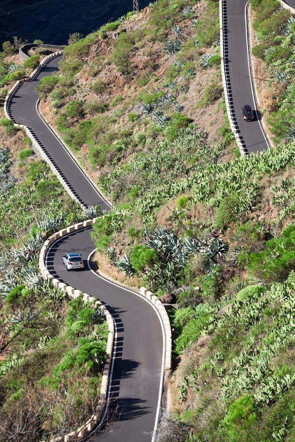 Condução de veículos na estrada situada em montanhas de Macizo de Teno, ilha Tenerife do ziguezague da montanha TF-436, canário,  imagens de stock