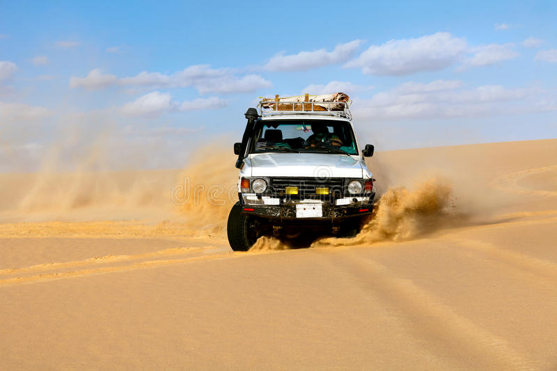 Condução de veículos Off-road no deserto da areia de Sahara fotografia de stock