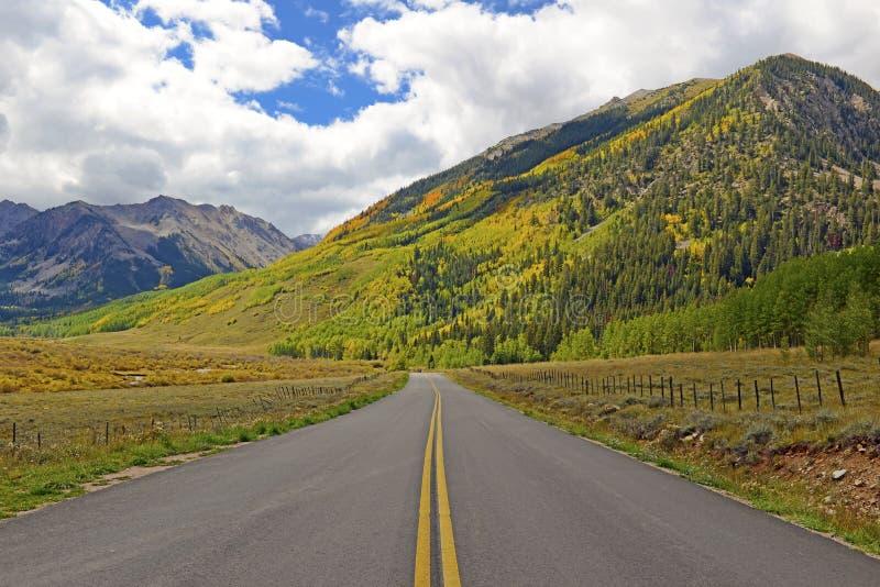 Condução em Rocky Mountains com Autumn Colors imagem de stock