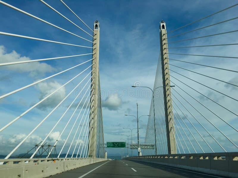 Condução em Sultan Abdul Halim Muadzam Shah Bridge na ilha de Penang fotos de stock royalty free