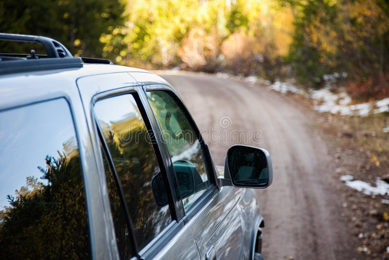 Condução em uma estrada de terra imagem de stock royalty free