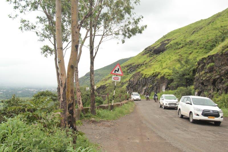 Condução em uma estrada desigual áspera estreita da montanha imagens de stock royalty free