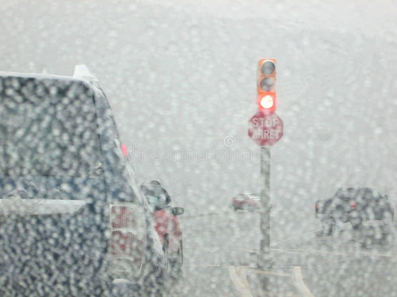 Condução em uma tempestade da neve imagens de stock