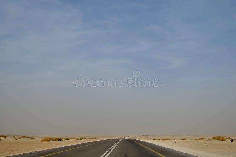 Condução na estrada Arábia Saudita do deserto que conduz no deserto foto de stock royalty free