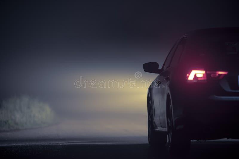 Condução na névoa densa na noite imagem de stock