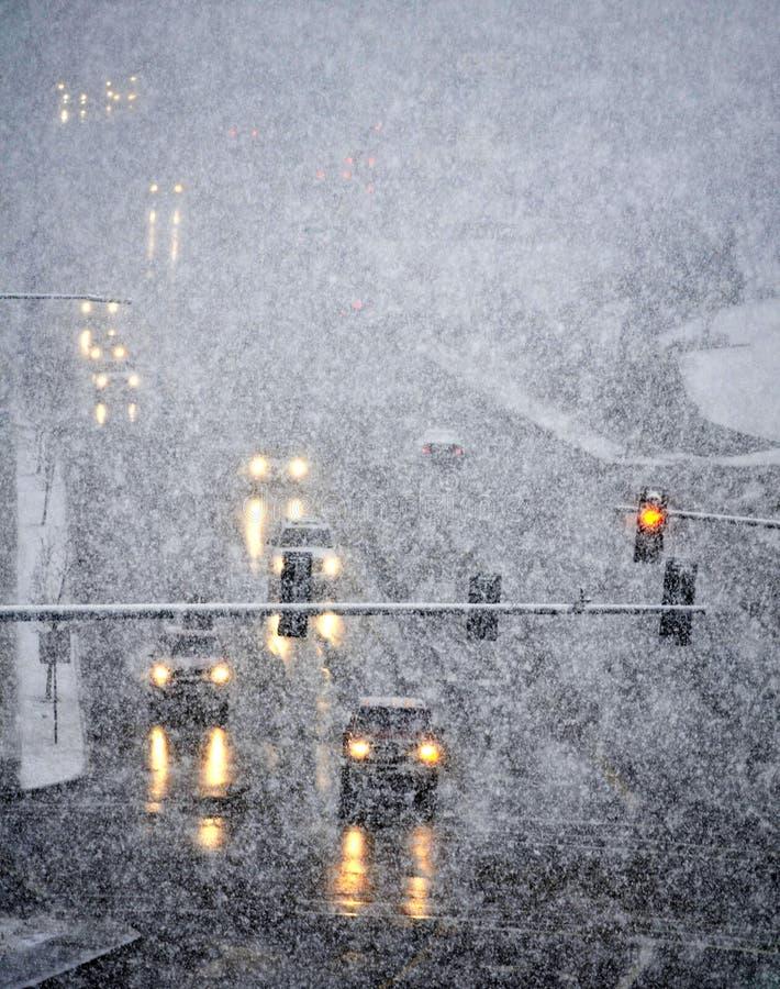 Condução na tempestade severa da neve fotos de stock royalty free
