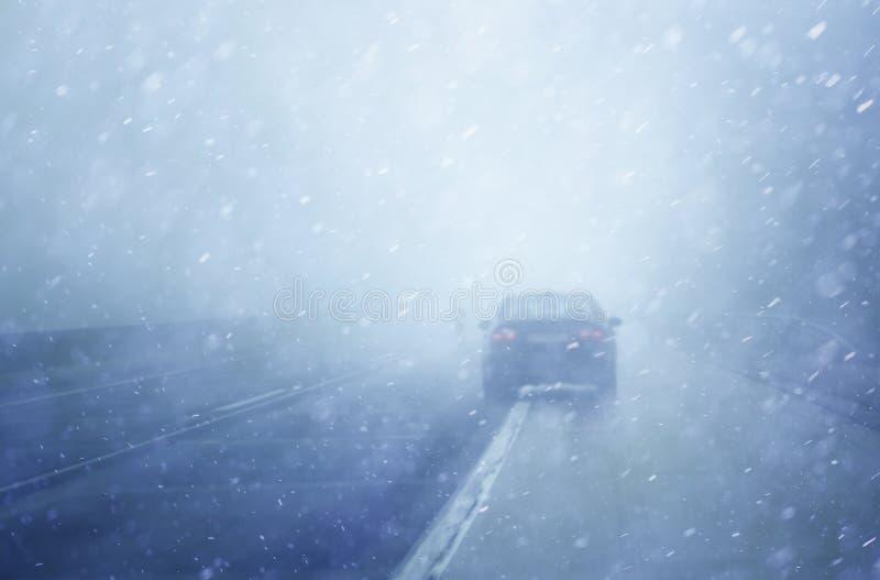 Condução perigosa no dia nevoento e chuvoso fotos de stock royalty free