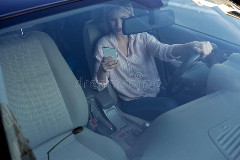 Condução perigosa por uma jovem mulher foto de stock royalty free