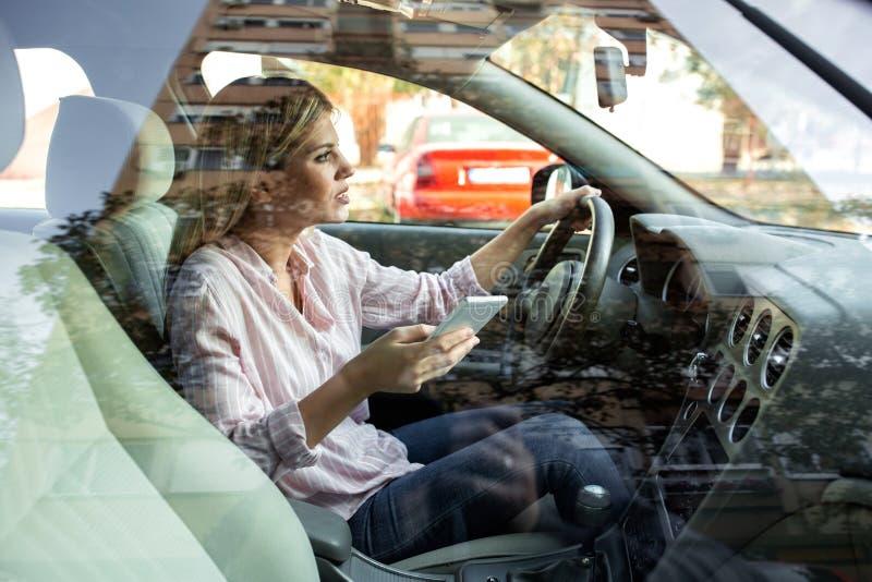 Condução perigosa por uma jovem mulher imagem de stock