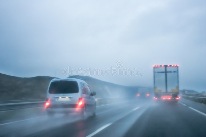 Condução sob a chuva fotos de stock