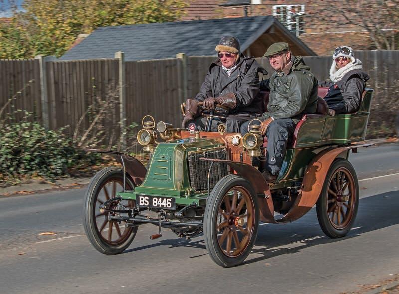 Condução verde e alaranjada do vintage de carro através de Burgess Hill Sussex England reunião no novembro de 2017 imagens de stock