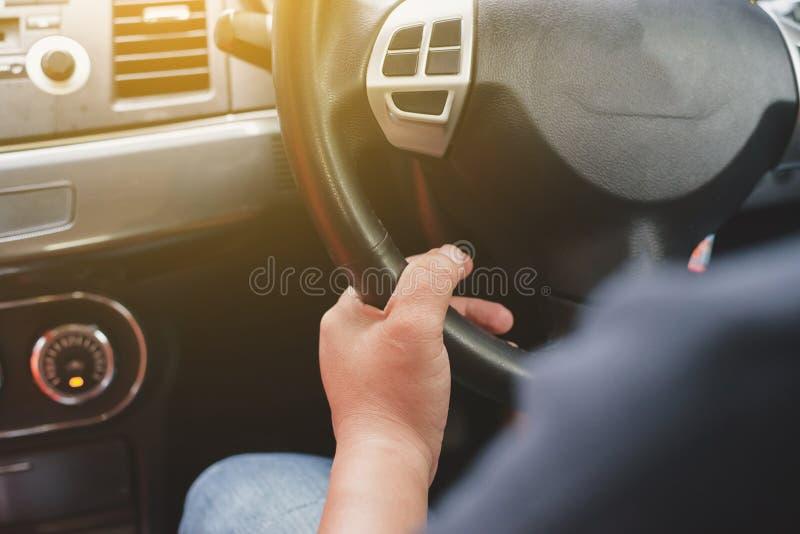 Conduca un'automobile immagini stock