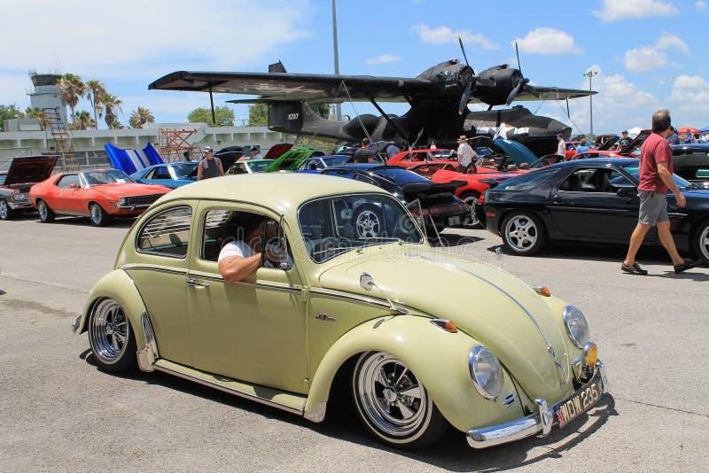 Conducción clásica del escarabajo fotos de archivo