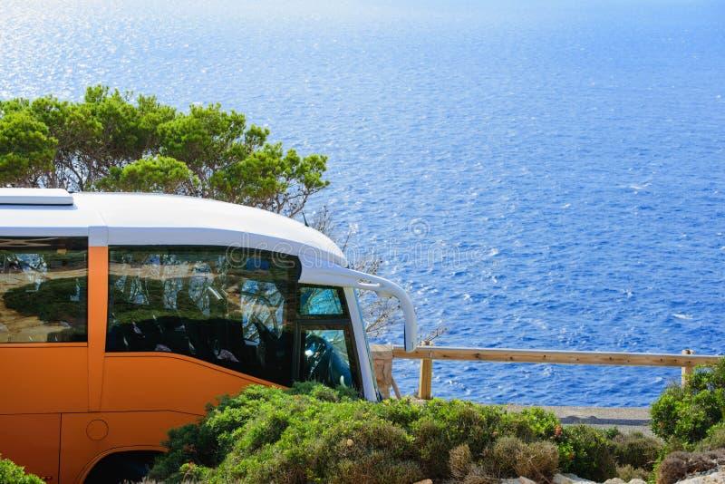 Conducción con el autobús al mar imagenes de archivo
