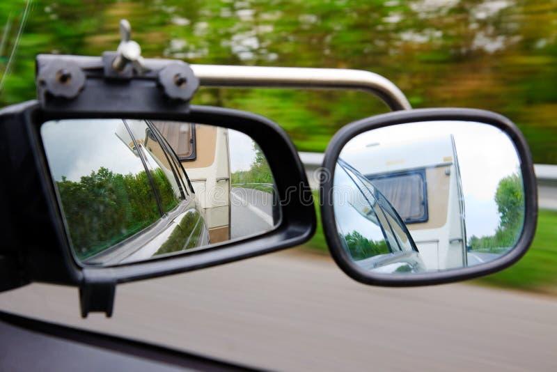 Conducción con una caravana del acoplado fotografía de archivo libre de regalías