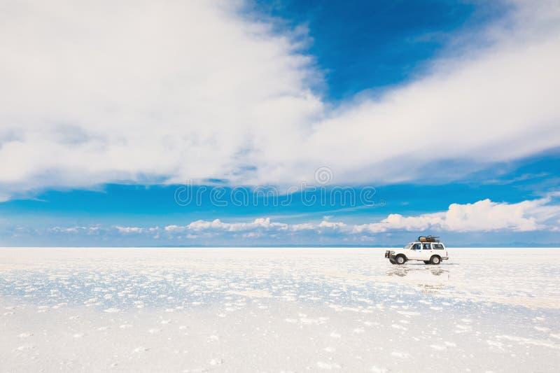 Conducción de automóviles campo a través a través de Salar de Uyuni en Bolivia imágenes de archivo libres de regalías