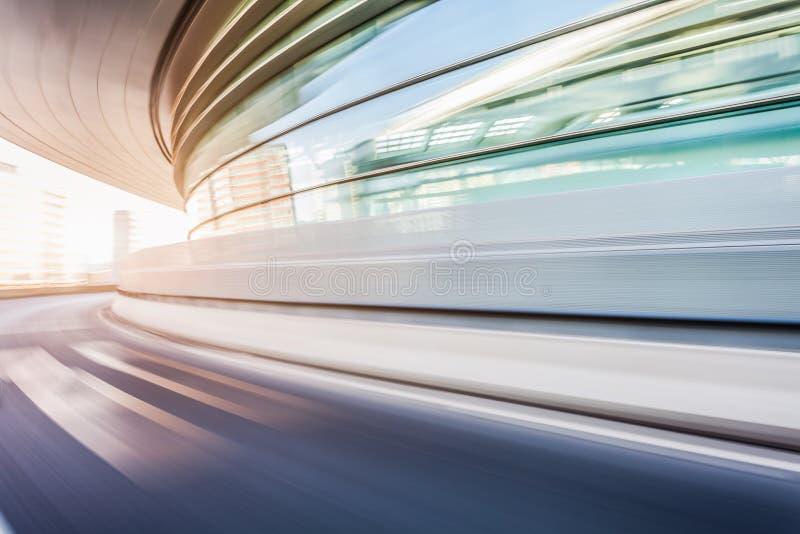 Conducción de automóviles en el camino en el fondo de la ciudad, falta de definición de movimiento foto de archivo libre de regalías