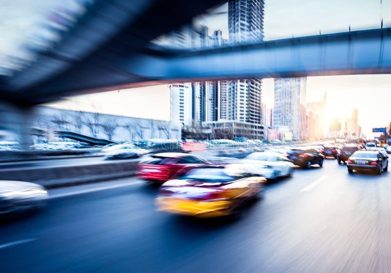 Conducción de automóviles en la autopista sin peaje, falta de definición de movimiento fotografía de archivo libre de regalías