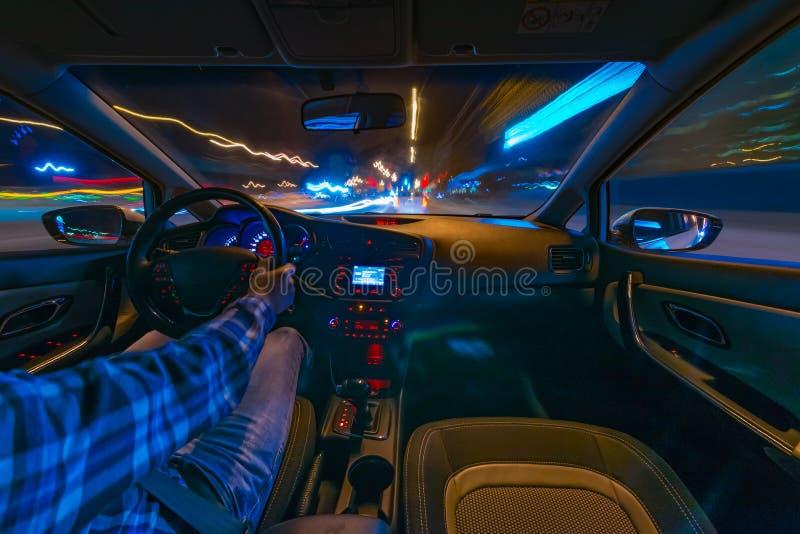 Conducción de automóviles en la noche imagen de archivo