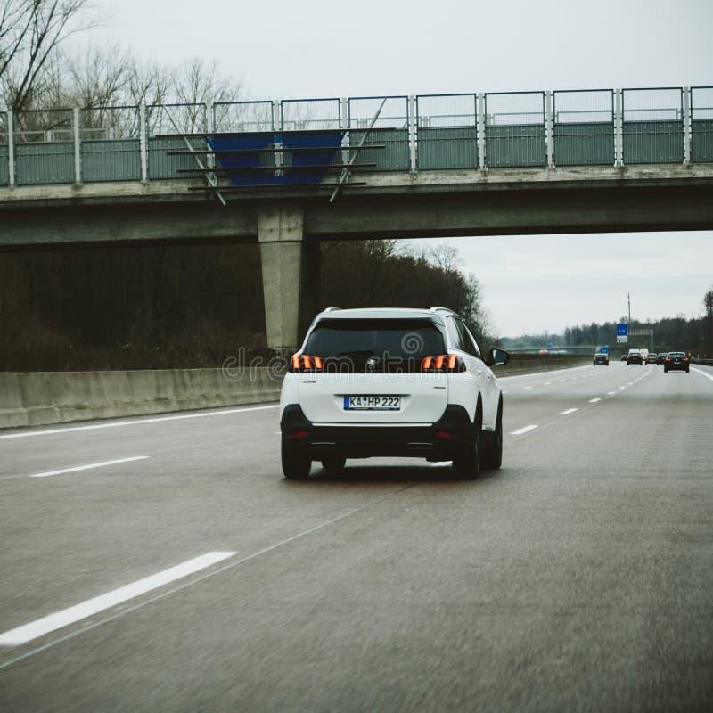 Conducción de automóviles de Peugeot 5008 rápidamente fotos de archivo