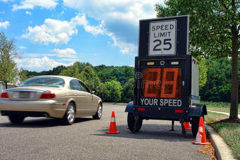 Conducción de automóviles por el monitor del límite de velocidad de Police foto de archivo libre de regalías