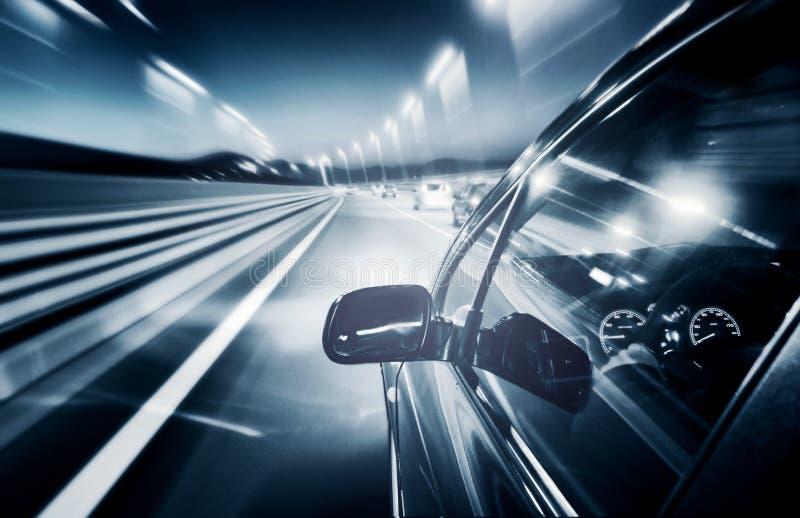 Conducción de automóviles rápidamente imágenes de archivo libres de regalías