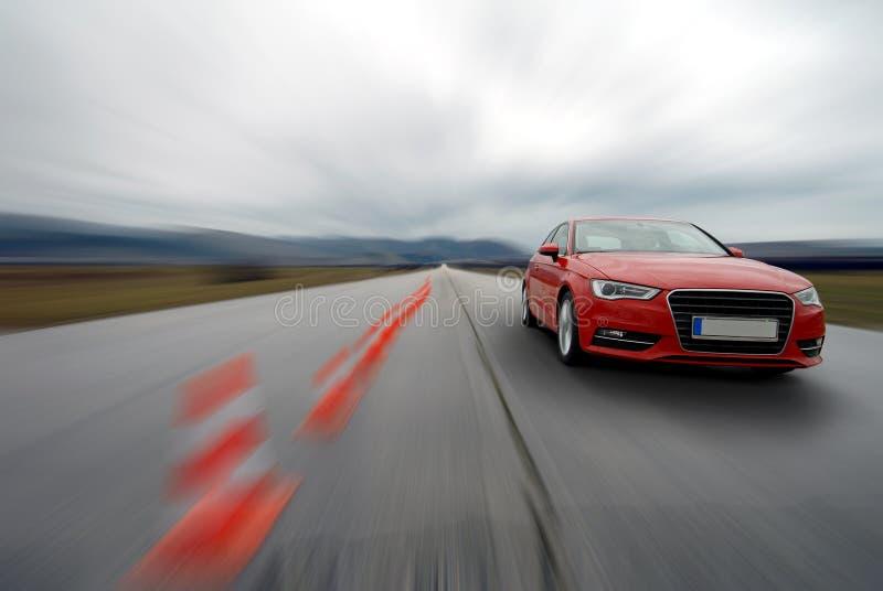 Conducción de automóviles roja a ayunar fotos de archivo