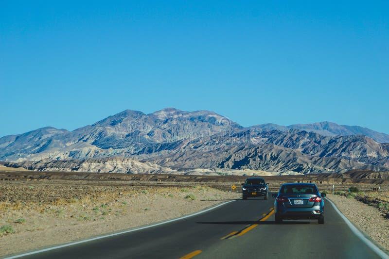 Conducción de automóviles a través de Death Valley fotografía de archivo