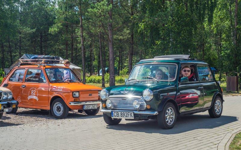 Conducción de automóviles verde clásica de Morris Mini Cooper imagen de archivo libre de regalías