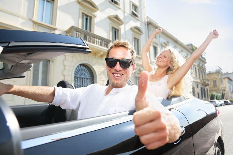 Conducción de donante feliz de los pulgares del conductor de coche para arriba - de pares imagen de archivo libre de regalías
