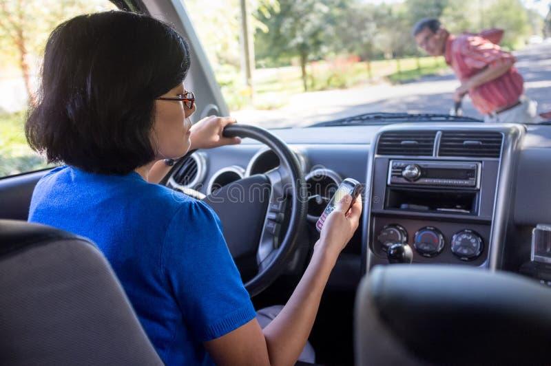 Conducción de la mujer y accidente de Texting fotos de archivo libres de regalías