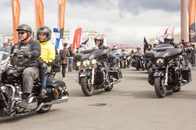 Conducción de motoristas en las motocicletas imagen de archivo libre de regalías