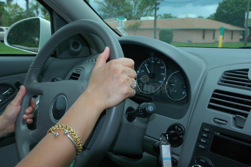 Conducción de un coche 2 imagen de archivo