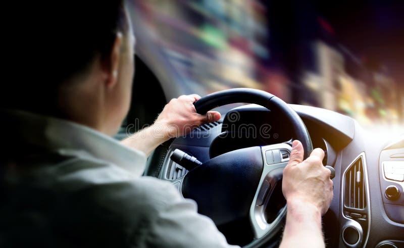 Conducción de un coche en la noche fotografía de archivo