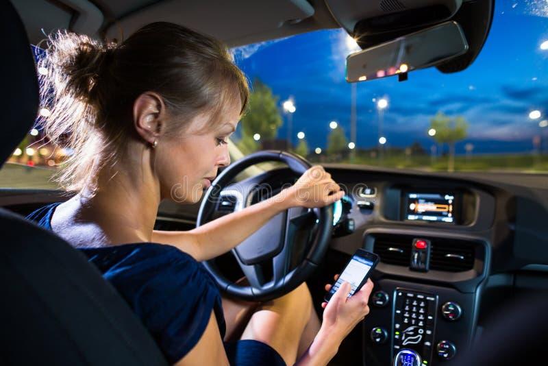 Conducción de un coche en la noche imagen de archivo