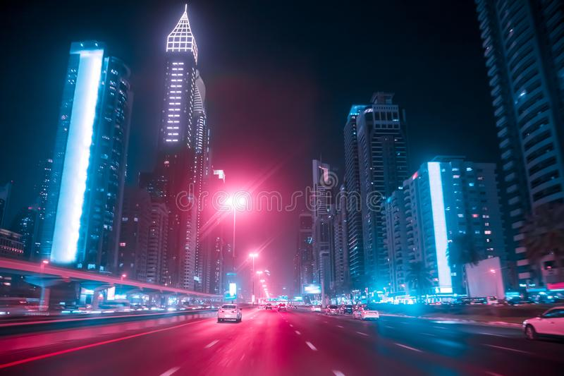 Conducción de un coche en Sheikh Zayed Rd en Dubai fotografía de archivo libre de regalías