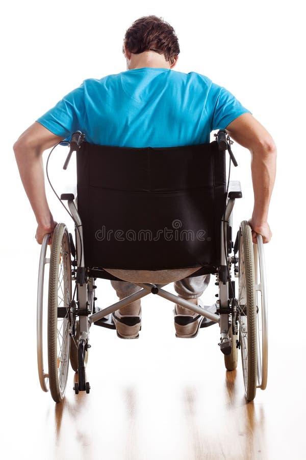 Conducción de una silla de ruedas imagen de archivo libre de regalías