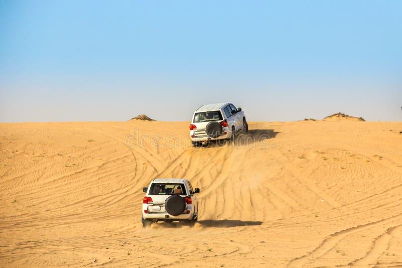 Conducción de vehículo utilitario del deporte durante el desierto del Sáhara fotografía de archivo