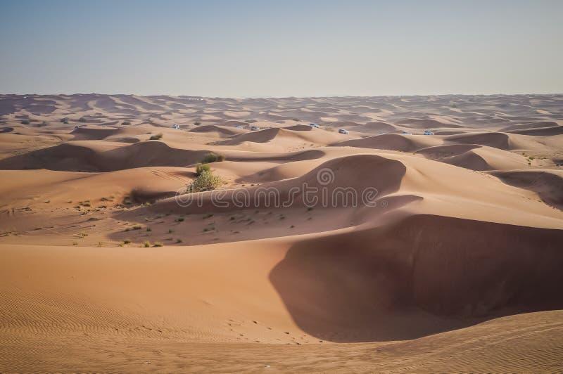 Conducción de vehículos campo a través en las dunas de arena del desierto de Dubai fotografía de archivo libre de regalías