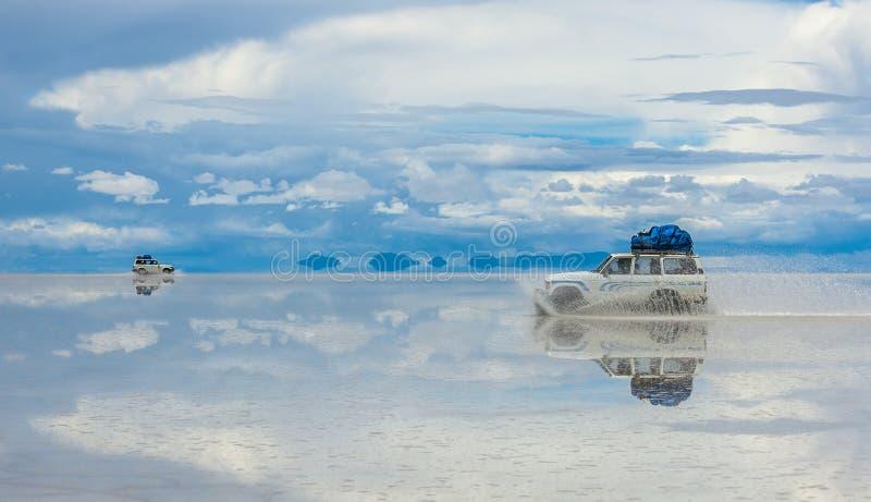 Conducción de vehículos campo a través en Salar de Uyuni, Bolivia foto de archivo libre de regalías