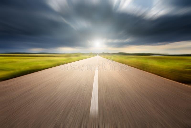 Conducción de velocidad en un camino vacío del aspalt foto de archivo