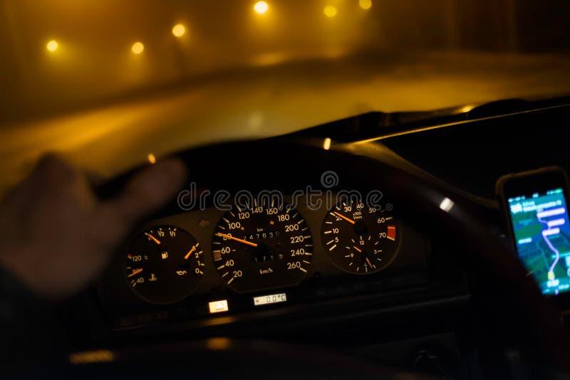 Conducción del coche en la noche imagen de archivo