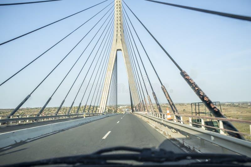Conducción del coche a lo largo del puente del International de Guadiana fotos de archivo libres de regalías
