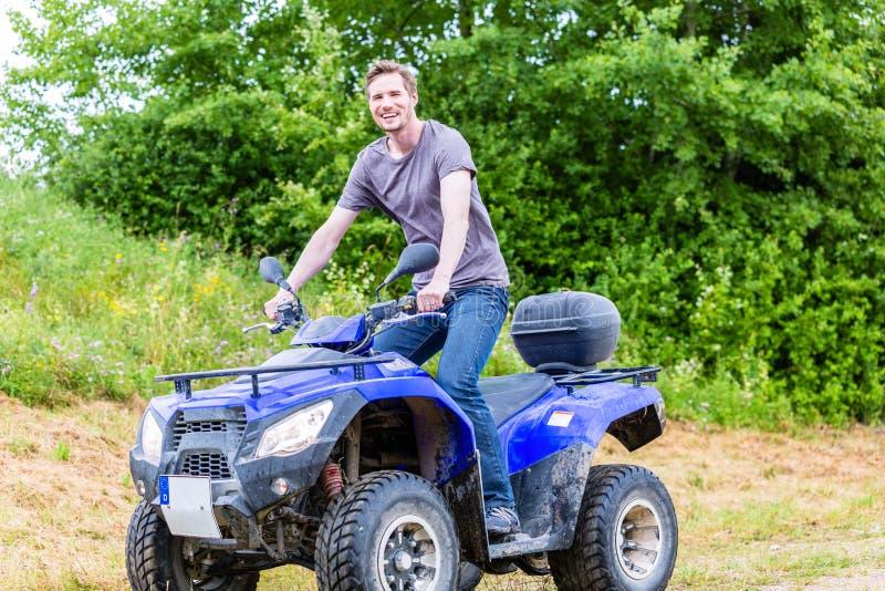 Conducción del hombre campo a través con la bici del patio foto de archivo