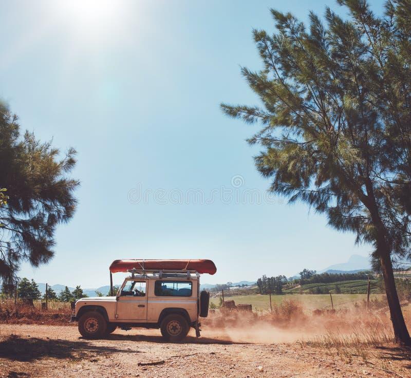 Conducción en campo en un día soleado imagen de archivo