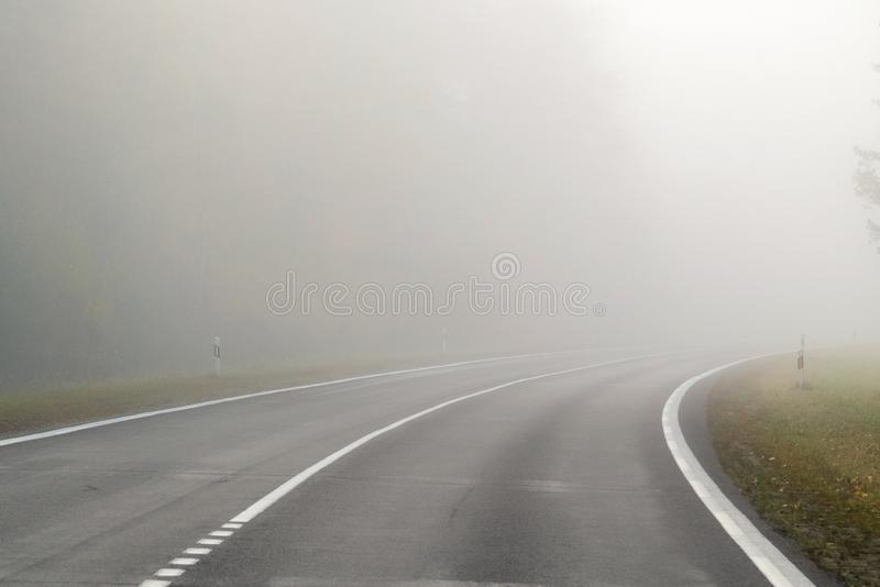 Conducción en el camino del campo en niebla Ejemplo de peligros de d imagen de archivo