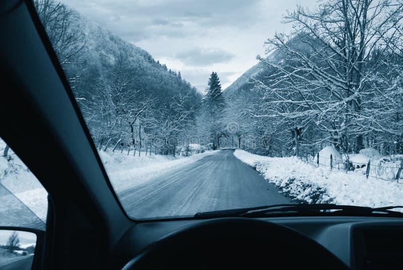 Conducción en el camino nevoso fotografía de archivo