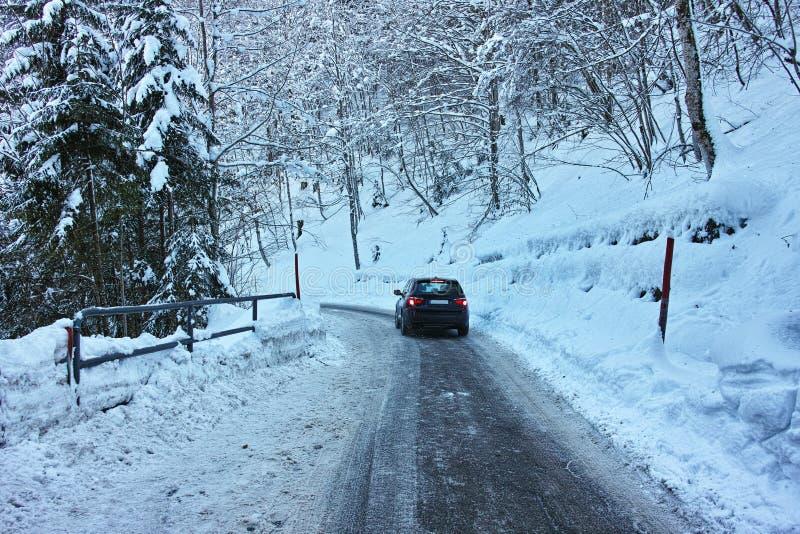 Conducción en el camino resbaladizo en nieve imágenes de archivo libres de regalías