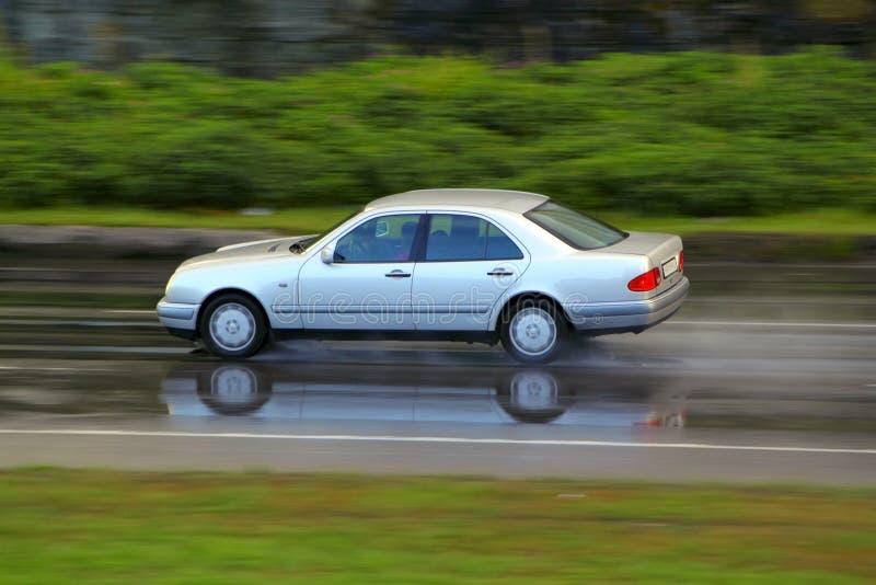 Conducción en la lluvia foto de archivo libre de regalías